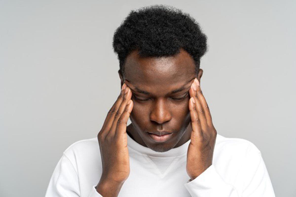 homme-ressentant-douleur-souffrant-migraine-cbd